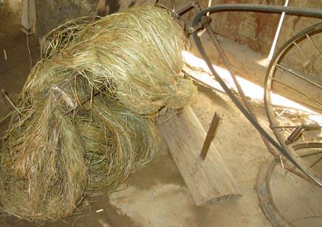 Để làm được sản phẩm dệt lanh thổ cẩm truyền thống, sau khi thu hoạch cây lanh về, phơi khô, tước vỏ xé nhỏ, cuốn thành cuộn.