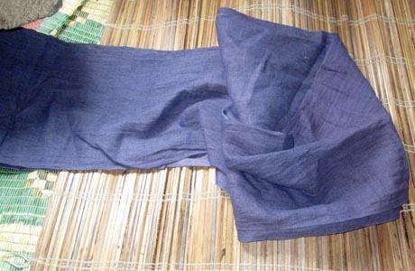 Từ mảnh vải lanh được dệt thô, đem ngâm thuốc (nhuộm) màu theo ý định, từ loại cây thuốc tự nhiên trên rừng, bảo đảm màu sắc vải bền, đẹp.