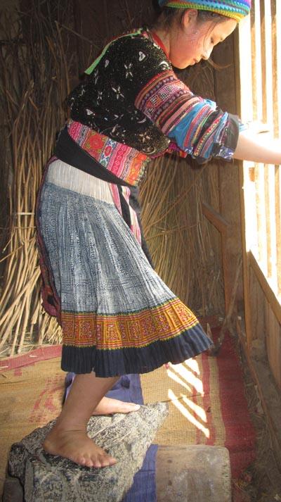 Vải đặt trên khúc gỗ tròn, đè lên trên là một phiến đá phẳng, người dùng chân dẫm lên lăn đi lăn lại mảnh vải cho tới khi vải mềm đạt yêu cầu.