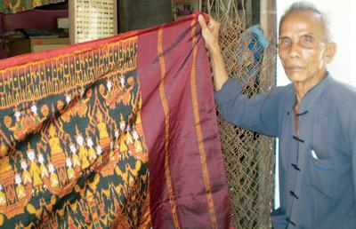 Cụ Chau Mun, người có vợ và hai con đều là thợ dệt nổi tiếng ở Srây Skốth