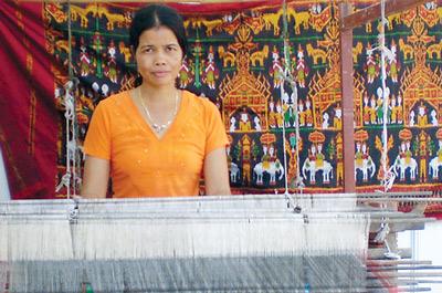 Nghệ nhân Néang Sà Mon trên khung dệt