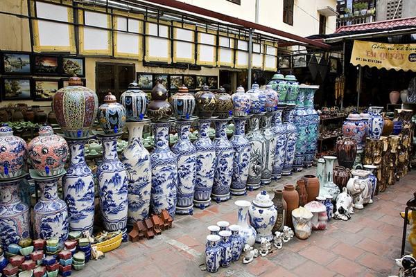 Chợ bán đồ gốm ở Bát Tràng