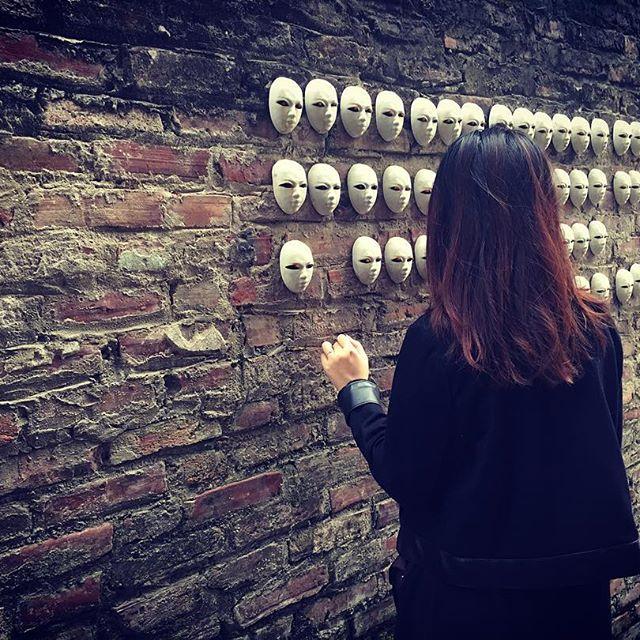 Những bức tường trưng bày sản phẩm.