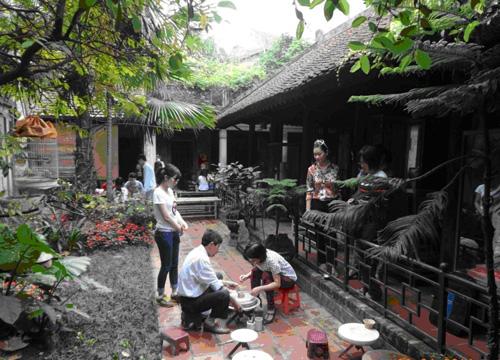 Uống trà, thưởng thức các sản phẩm gốm trưng bày tại nhà Vạn Vân