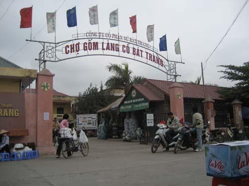 Cổng vào chợ Gốm Bát Tràng