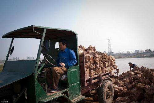 Nằm bên bờ sông Cầu hiền hòa, giao thông đường thủy thuận lợi nên việc nhập nguyên nhiên liệu ( Đất sét, củi, gỗ…) cũng như phân phối sản phẩm ở Phù Lãng diễn ra khá suôn sẻ.