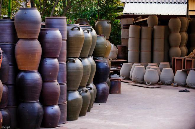 Sản phẩm gốm chính của làng Phù Lãng là chum vại, ấm đất chậu cảnh, tiểu sành, lọ hoa, ấm chén, lư hương...