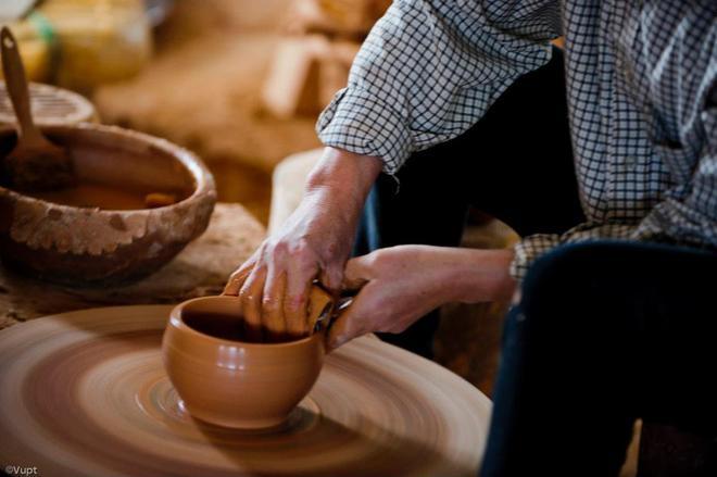 Công đoạn vuốt tạo phôi gốm đòi hỏi nghệ nhân ở đây phải thật khéo léo, tỉ mỉ.