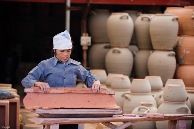 Phụ nữ Phù Lãng cặm cụi nặn phôi gốm - một trong những công đoạn quan trọng để tạo thành tác phẩm hoàn chỉnh.