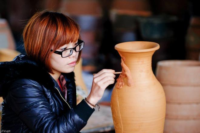Du khách đến tham quan có thể thử đắp sửa các hoa văn trên phôi gốm.