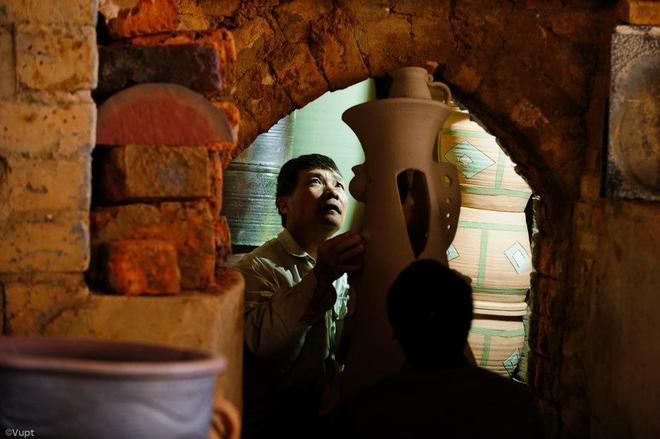 Các phôi liệu được người dân Phù Lãng tính toán xếp vào lò nung rất cẩn thận, nung khoảng 3 ngày 3 đêm.