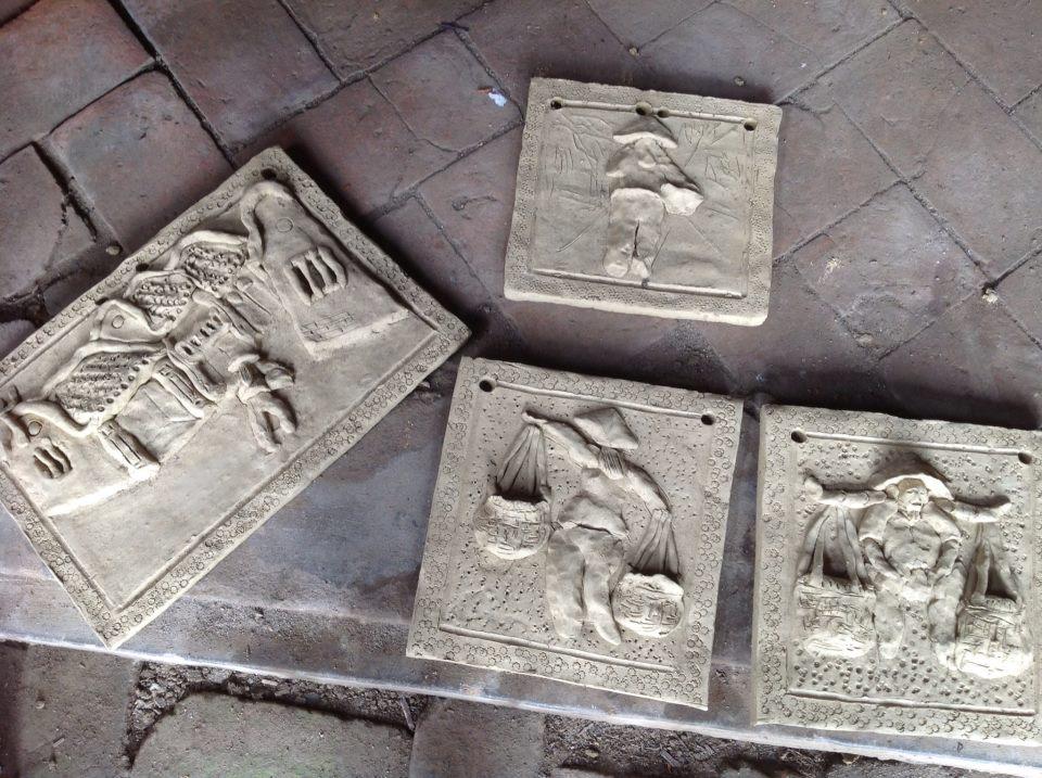 Những bức tranh bằng đất được các nghệ nhân làng gốm cổ Thanh Hà làm thủ công