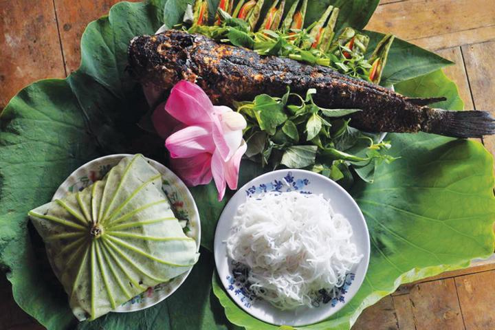 Cá lóc nướng trui cuốn lá sen non nổi tiếng Đồng Tháp.