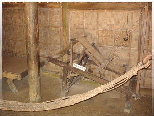 Chiếc khung cửi đặt ở gian thứ ba là công cụ lao động của bà Loan dùng để dệt vải, dệt lụa nuôi sống cả gia đình.