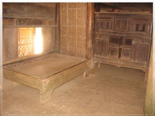Chiếc giường và chiếc tủ gỗ bên trong nhà Bác