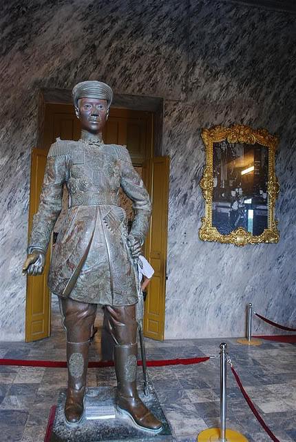 Tượng đồng đứng, bức tượng thể hiện rất rõ tính cách của Khải Định