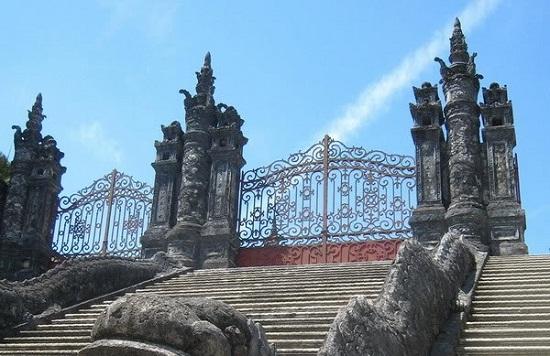 Trụ cổng hình chóp của Lăng