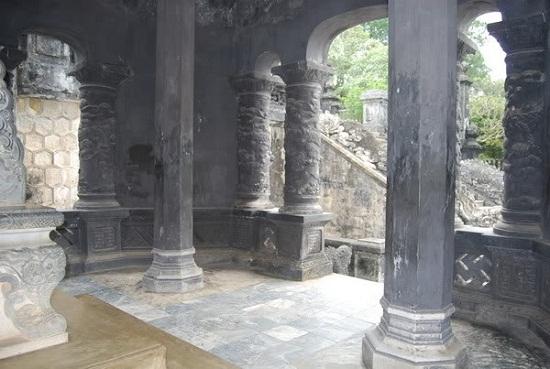 và những cột trụ cũng có hình bát giác