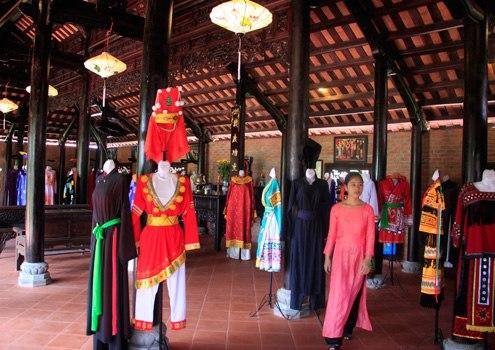 Khu nhà truyền thống trưng bày 100 bộ trang phục của 54 dân tộc Việt Nam. Nơi đây đang được mở rộng, tạo khu lưu trú cho du khách nghỉ qua đêm để được tận mắt xem tằm ăn lá dâu, làm kén, nhả tơ...