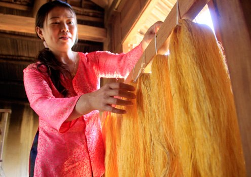 Hiện, làng lụa có khoảng 10 nghệ nhân vừa dệt vải, vừa giới thiệu với du khách về cách làm lụa và đặc biệt là nét riêng, độc đáo về nguyên liệu chỉ có ở Hội An.