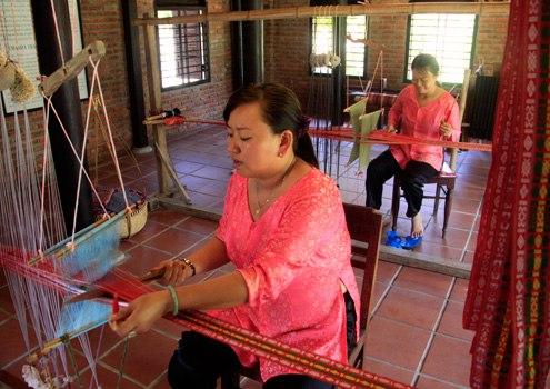Cách dệt lụa Chăm Pa với những khung dệt cổ được sưu tầm từ nhiều địa phương cũng được tái hiện để tạo ra những tấm lụa nuột nà, thể hiện sự giao thoa văn hóa Chăm pa - Việt trong lòng xứ Quảng.