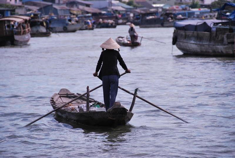 Phương tiện di chuyển chínhc ủa người dân là thuyền, bè...