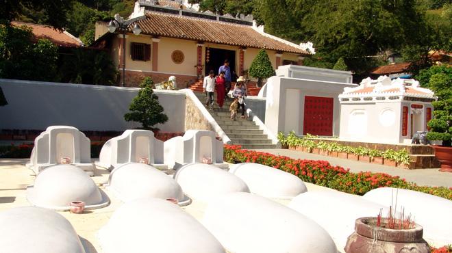 Mộ của Thoại Ngọc Hầu và hai người vợ của ông được xây bằng hồ ô dước, đầu mộ là bình phong có đắp chữ Hán, chân mộ có bi kí.