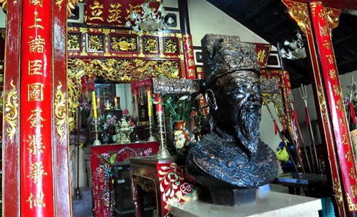 Trong lăng, chính giữa là mộ Thoại Ngọc Hầu, ông tên thật là Nguyễn Văn Thoại, sinh năm Tân Tỵ (1761) tại huyện Diên Phước, tỉnh Quảng Nam.