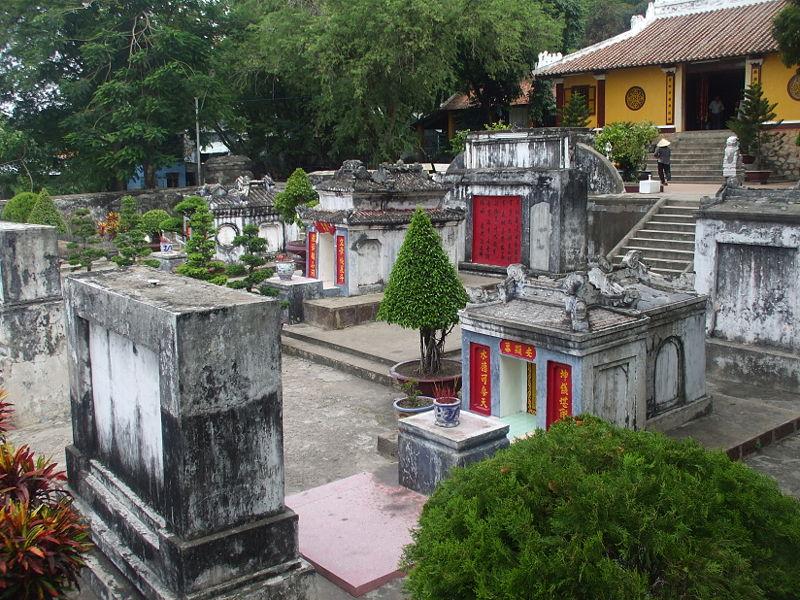 Trong nội lăng còn có 14 ngôi mộ và ngoại vi lăng cũng có khoảng 50 ngôi mộ xây với nhiều hình thức khác nhau