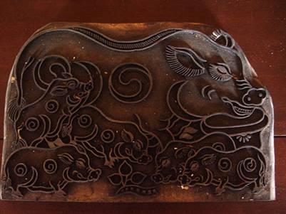 """Ván khắc gỗ tranh """"Lợn âm dương"""""""