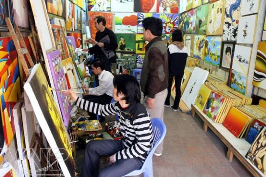 Các phòng tranh trên phố Hàng Trống thu hút sự chú ý của khách du lịch.