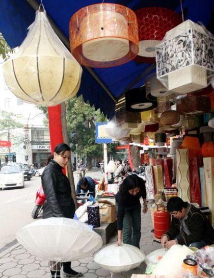 Một cửa hàng bán đèn lồng trên phố Hàng Trống.