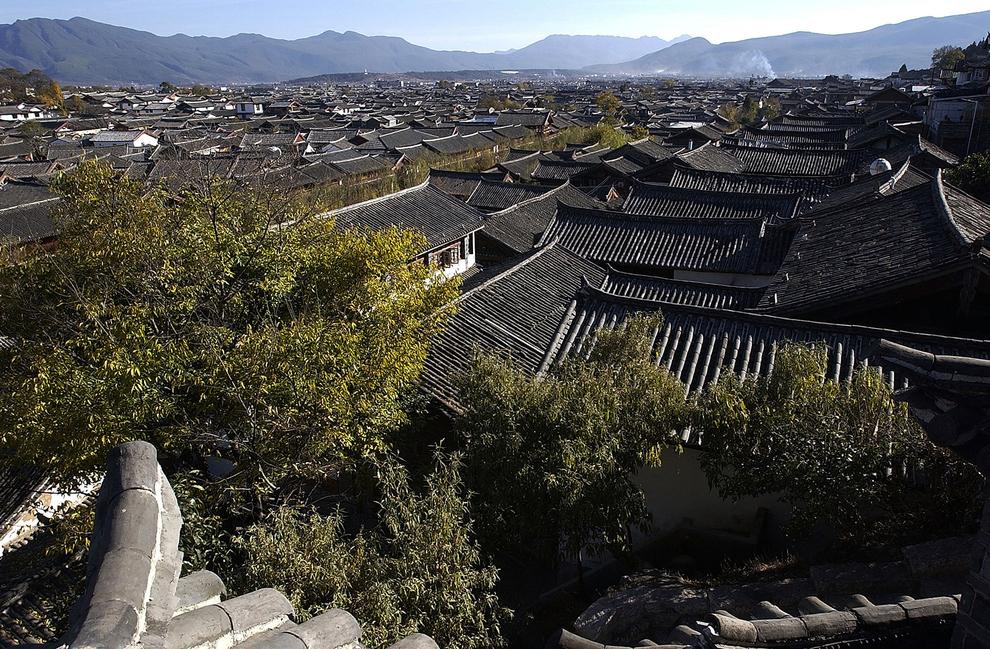 Trước hết, so với các thành phố duyên hải, Lệ Giang khá nhỏ, khá biệt lập và sạch sẽ (khu vực đông nhất chỉ có khoảng 1,2 triệu người).