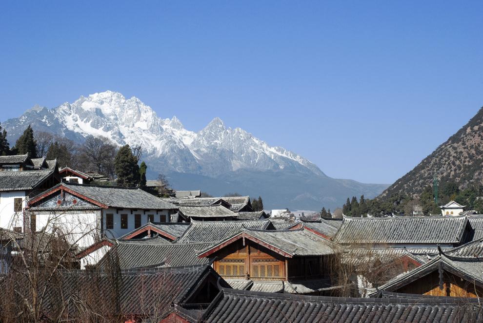 2. Nước chảy từ trên đỉnh Ngọc Long Tuyết Sơn, ngọn núi quanh năm tuyết phủ trắng xoá ở cách Lệ Giang chừng 20km. Đứng từ một vọng lâu ở Lệ Giang có thể nhìn rõ đỉnh núi tuyết phủ cao 6.000m này.