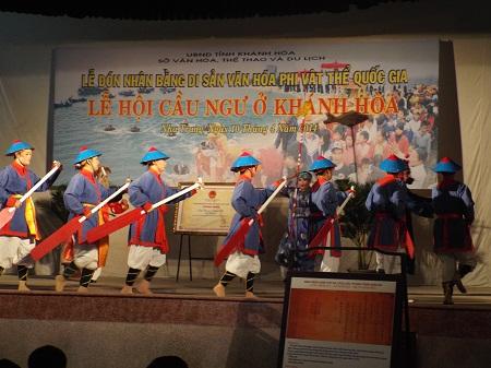 Ông Lê Xuân Thân, Phó Chủ tịch UBND tỉnh Khánh Hòa trao bằng chứng nhận cho các đình, lăng.