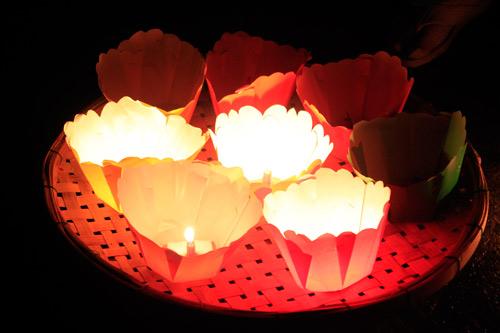 Đèn hoa đăng lung linh đêm rằm Hội An