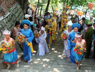 Gia đình các người Chăm đang bày lễ tại Tháp Bà