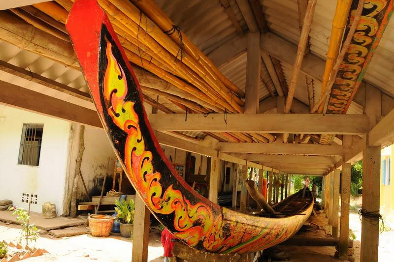 Một chiếc ghe ngo dài khoảng trên 30m, chứa từ 52 đến 58 tay bơi. Mũi và đuôi ghe ngo cong vút tạc hình rắn thần Naga, thân ghe chạm hoa văn hình kỷ hà và được sơn màu sặc sỡ.