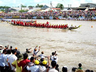 tiếng hò - hụi của các đội đua đang khởi động làm sôi động cả khúc sông