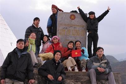 Niềm vui của nhóm phượt trẻ khi đứng trên cột mốc