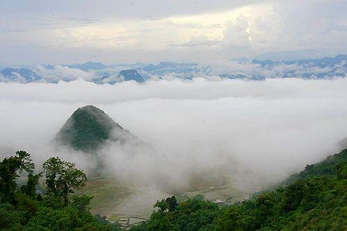 Lũng Vân giữa mây mù che phủ