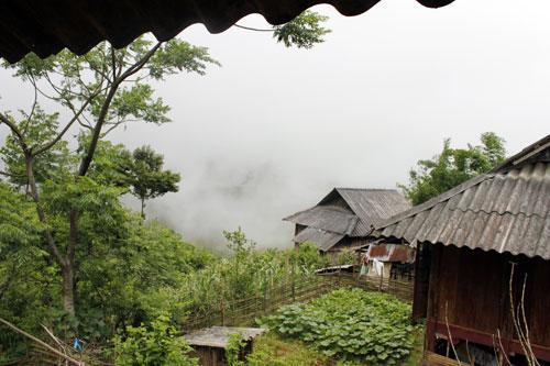 Những ngôi nhà nhỏ quanh núi
