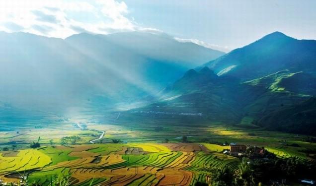 Khung cảnh bên dưới đèo Khau Phạ