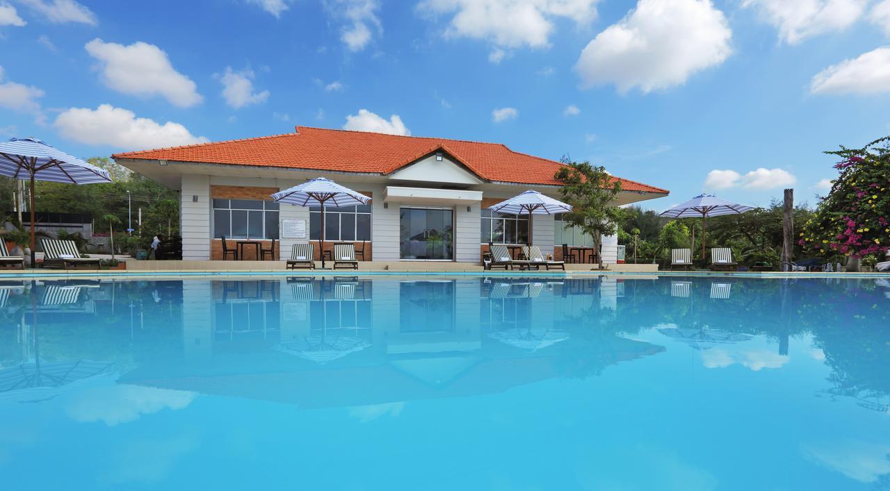 Resort khu vực trung tâm Mũi Né thường có bãi biển riêng rất đẹp với khuôn viên xanh mát.
