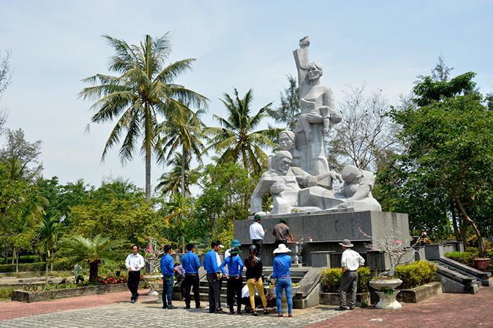 Mỗi ngày đều có hàng trăm người, nhất là thế hệ tuổi trẻ, đoàn viên thanh niên ở khắp nơi về thắp hương ở đài tưởng niệm cuộc thảm sát.