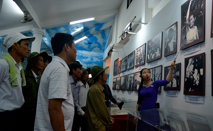 Ngoài khuôn viên tái hiện cảnh làng quê xơ xác sau cuộc thảm sát. Trong nhà bảo tàng, còn lưu lại những hình ảnh về tội ác của quân đội Mỹ