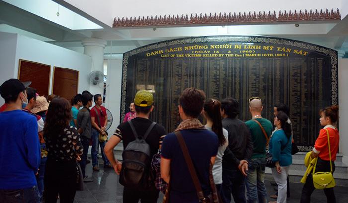 Ngay từ cầu thang đi lên để vào bảo tàng, là tấm bia lớn ghi tên nạn nhân của vụ thảm sát tàn độc.