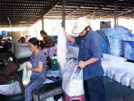 Trong một xưởng làm bánh hủ tiếu ở làng nghề Gò Cát
