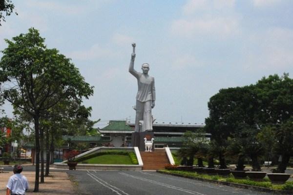Tượng đài anh hùng Võ Văn Tần tại khu di tích.