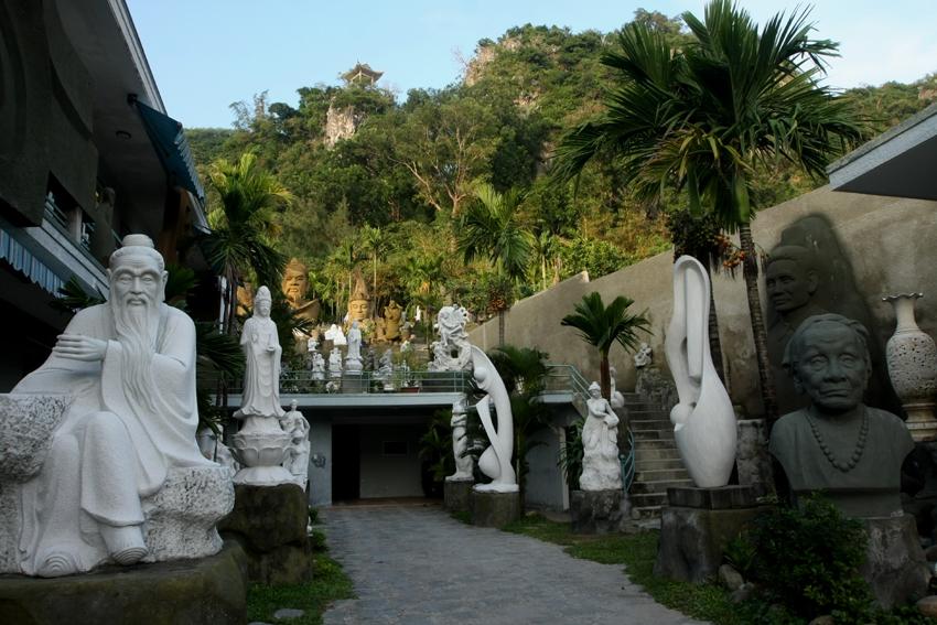Có rất nhiều tượng phật trong chùa